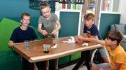 Kinderen verrichten proefjes in de bieb Nijkerkerveen