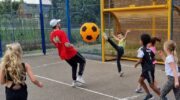 In Nijkerkerveen voetballen met supergrote bal