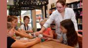 Kinderen knoeien met slijm in bibliotheken