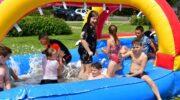Nijkerkse jeugd geniet van waterspektakel achter sporthal Strijland